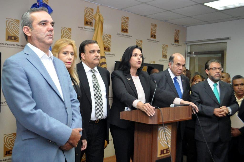 En foto: Luis, Soraya, Elias, Minou, Pelegrin y Guillermo.  Foto: José Adames Arias.