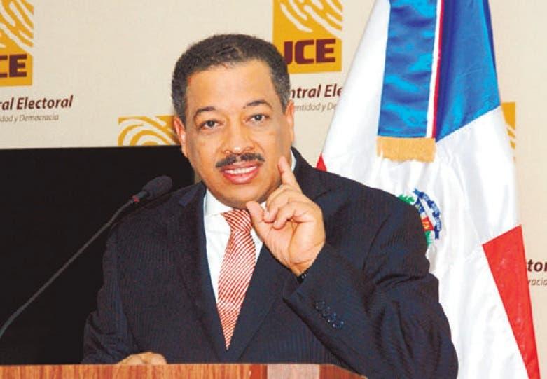 Roberto Rosario en rueda de prensa. Aracelis Mena