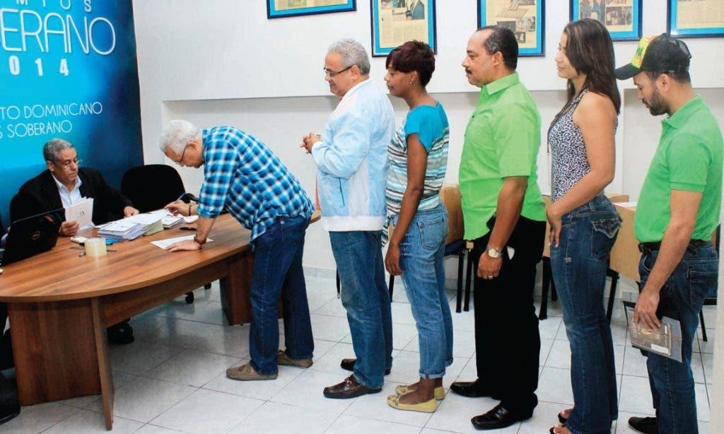 Foto de archivo donde figura un grupo de cronistas de arte en fila para votar por nominados a Premios Soberano 2014.