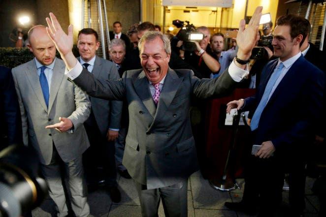 Nigel Farage, líder del Partido Independencia de Gran Bretaña (UKIP), celebra y posa para los fotógrafos tras el resultado del referéndum sobre la UE en la fuesta del bando partidario de abandonar la Unión Europea en Londres, el 24 de junio de 2016. (AP Foto/Matt Dunham)