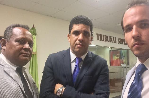 Ex candidatos abandonan sede del TSE tras ser conminado a salir por personal de seguridad