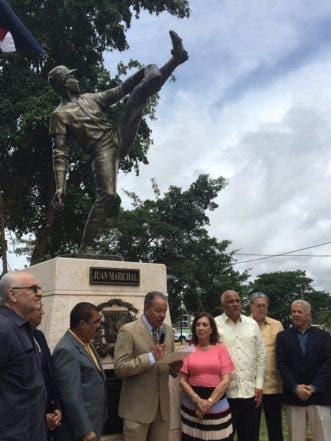 Juan Marichal se dirige al público en la presentación de su estatua