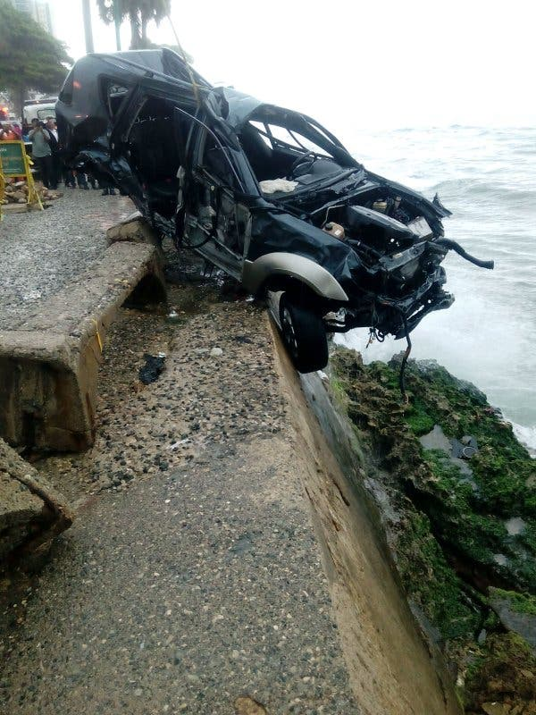 Fotos: Así quedó la jeepeta que cayó al Mar Caribe esta madrugada