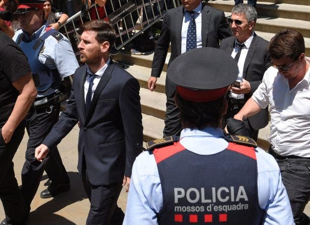 (FILES) This file photo taken on June 02, 2016 shows Barcelona's football star Lionel Messi (L) leaving the courthouse on June 2, 2016 in Barcelona. A court in Spain on July 7, 2016 sentenced Barcelona striker Lionel Messi and his father to 21 months in jail for tax fraud and slapped them with a fine of 3.7 million euros ($4.1 million). But these prison sentences are likely to be suspended as is common in Spain for first offences for non-violent crimes carrying a sentence of less than two years. / AFP / LLUIS GENE
