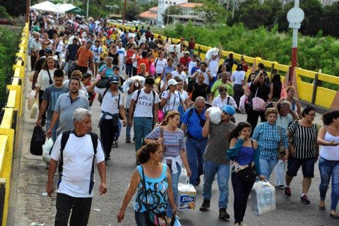 Venezuelans carrying groceries cross the Simon Bolivar bridge from Cucuta in Colombia back to San Antonio de Tachira in Venezuela, on July 17, 2016. / AFP / GEORGE CASTELLANOS
