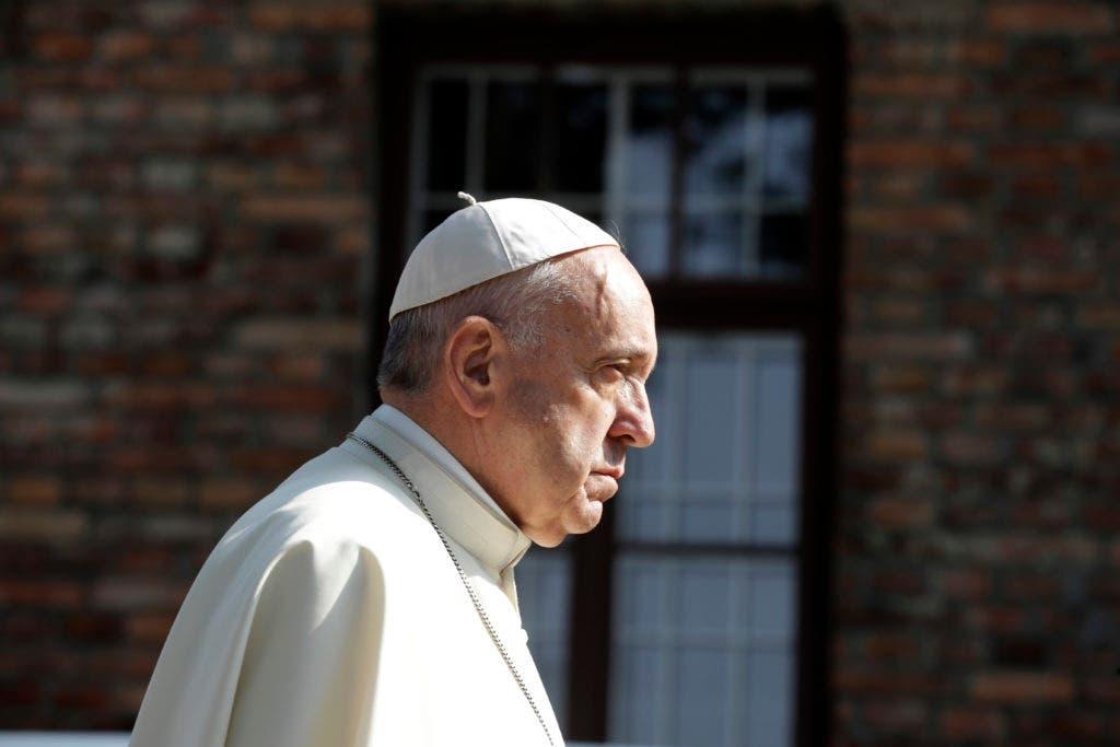 El papa Francisco atraviesa la puerta del antiguo campo nazi de exterminio de Auschwitz, en Oswiecim, Polonia, el viernes 29 de julio de 2016.  (AP Foto/Gregorio Borgia)