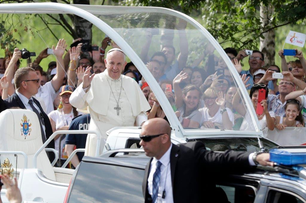 El papa Francisco recibe los vítores de los asistentes a la Jornada Mundial de la Juventud celebrada en Cracovia, Polonia, a su llegada al recinto a bordo del papamóvil para oficiar una misa, el 31 de julio de 2016. (AP Foto/Gregorio Borgia)