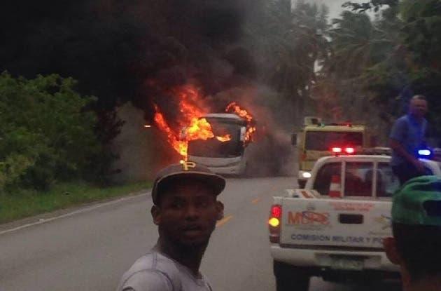 Seis muertos y ocho heridos tras incendiarse autobús en carretera Nagua-Samaná