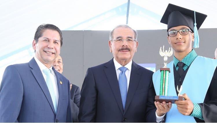 Presidente asiste a primera graduación del liceo científico en Salcedo