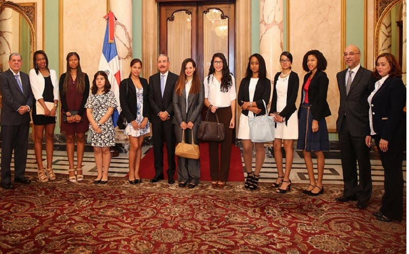 Presidente recibe estudiantes meritorios de origen dominicano en España