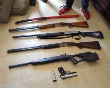 Ocupan tres escopetas, un fusil y  una pistola en una vivienda en Santiago