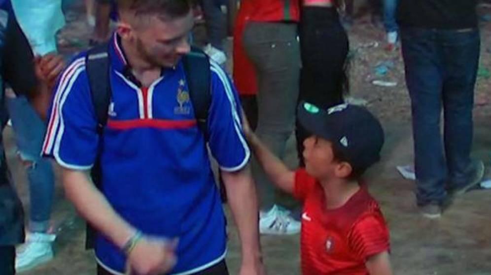 "Video:  el niño famoso por consolar a un francés le dijo que ""solo era un partido»"