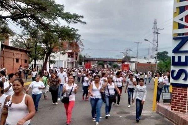 Unas 500 venezolanas cruzan frontera cerrada para comprar víveres en Colombia