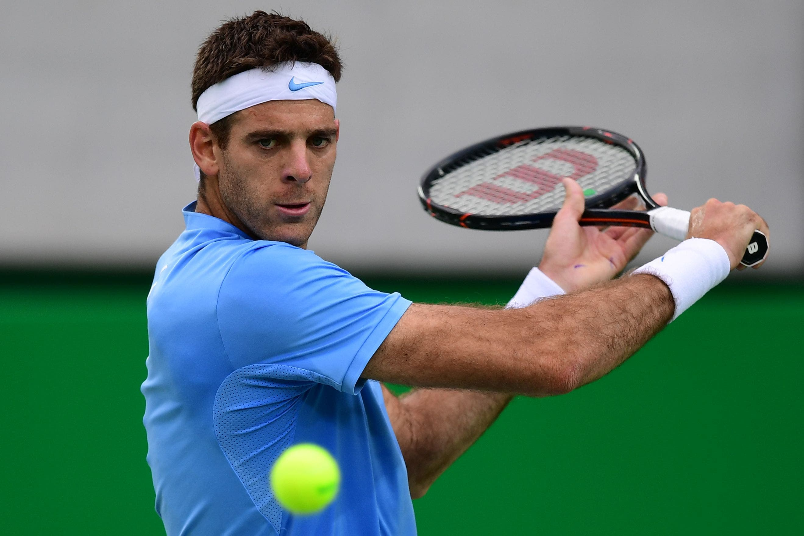 Argentina's Juan Martin Del Potro returns the ball to Portugal's Joao Sousa during their men's second round singles tennis match at the Olympic Tennis Centre of the Rio 2016 Olympic Games in Rio de Janeiro on August 8, 2016. / AFP / Martin BERNETTI