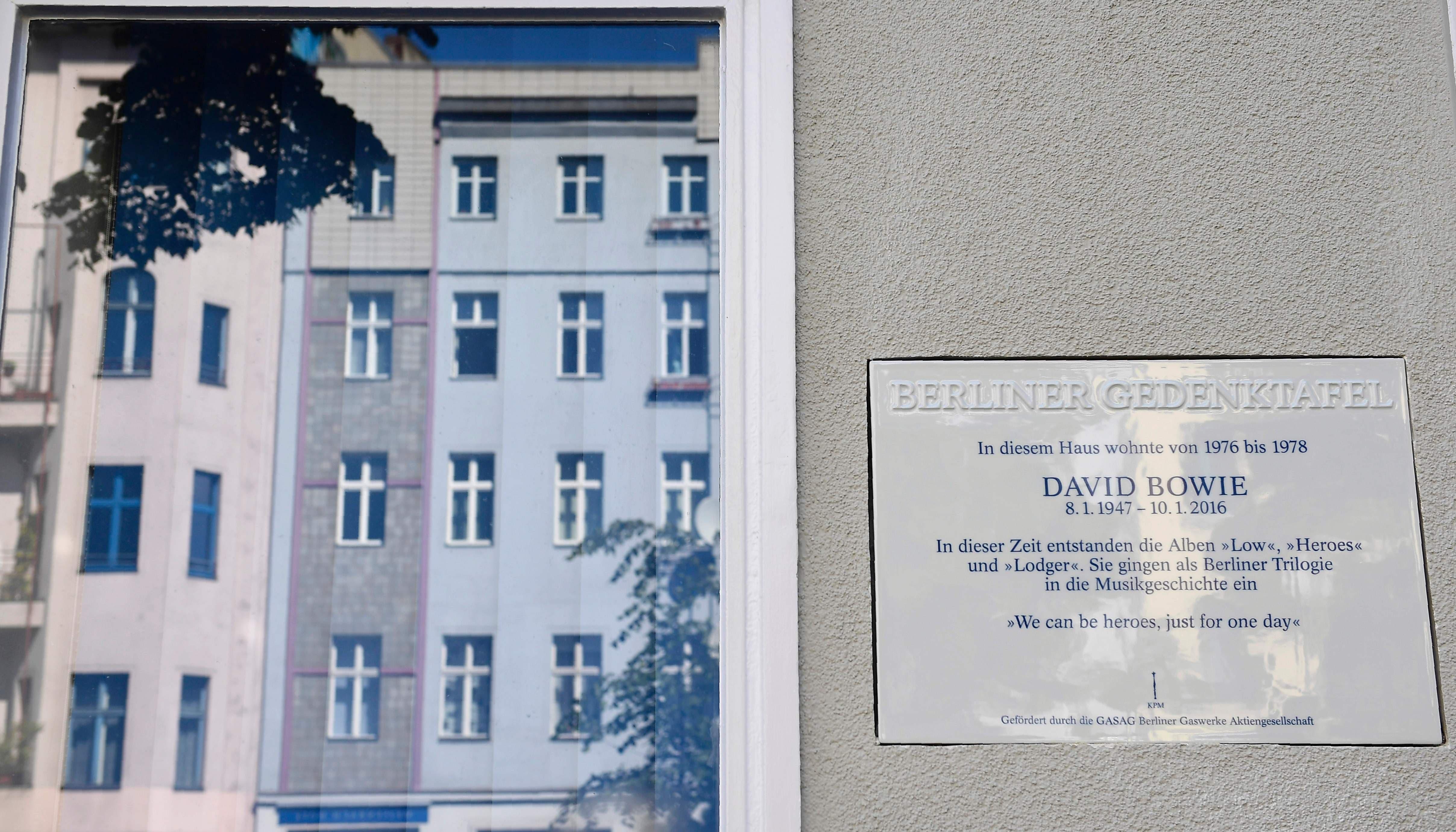 Berlín descubre placa en memoria de Bowie en edificio donde residió artista