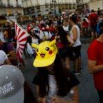 """ARCHIVO - En esta foto de archivo del jueves 28 de julio de 2016, varias personas usan sus teléfonos móviles para participar en el juego """"Pokémon Go"""" en el centro de Madrid (AP Foto/Daniel Ochoa de Olza, archivo)"""