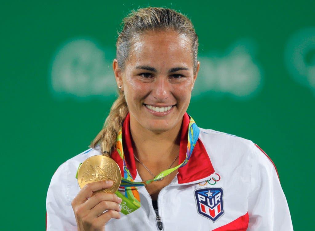 La puertorriqueña Mónica Puig posa con la medalla de oro tras ganar la final del tenis de los Juegos Olímpicos el sábado, 13 de agosto de 2016, en Río de Janeiro. (AP Photo/Vadim Ghirda)
