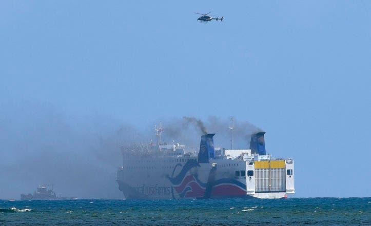 Humo sale del ferry Caribbean Fantasy en la costa de San Juan, Puerto Rico, el miércoles 17 de agosto del 2016. Las autoridades de Puerto Rico dicen que más de 500 pasajeros han sido evacuados luego que la nave prendiera fuego. (Foto AP /Carlos Giusti)