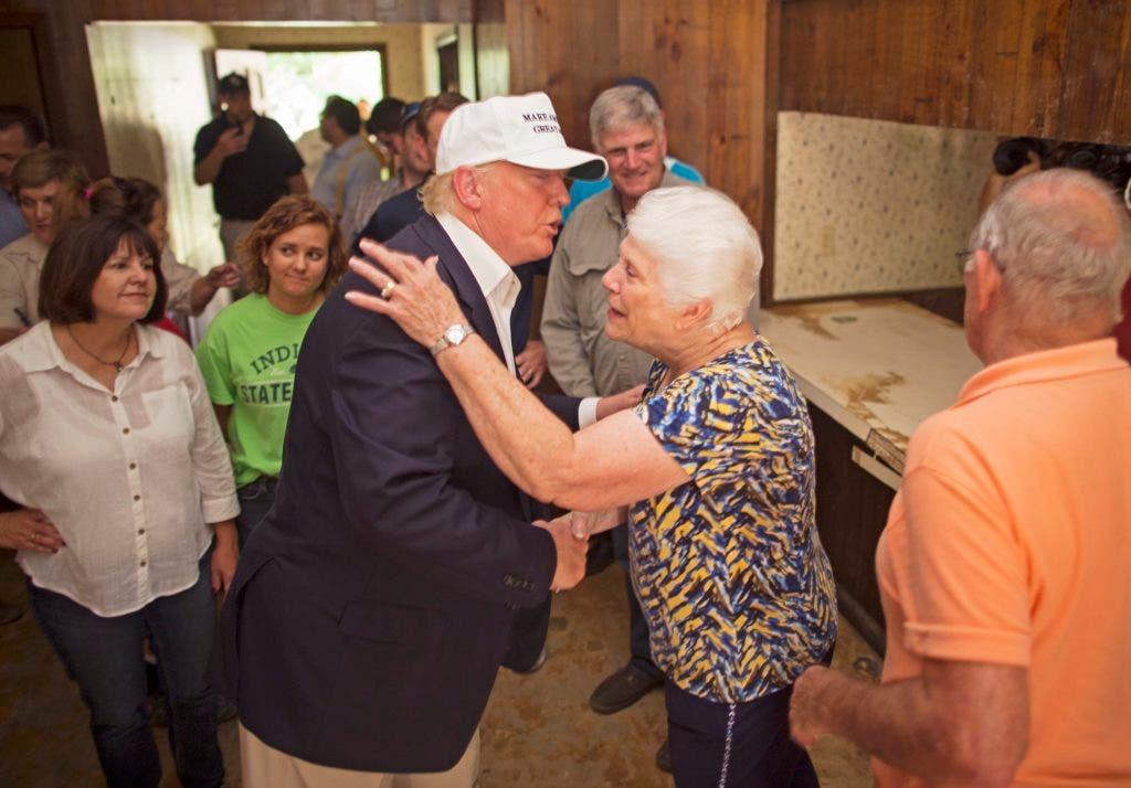 El republicano nominado a la presidencia Donald Trump, centro, consuela a la víctima de inundacion Olive Gordan y su esposo Jimmy, derecha, durante una visita a la zona afectada por inundaciones en Denham Springs, Louisiana, el viernes 19 de agosto del 2016. (AP Foto / Max Becherer)