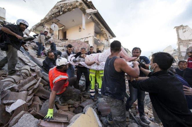 Una mujer es sacada a hombros en una camilla de debajo de los escombros tras el terremoto que sacudió Amatrice, una localidad en el centro de Italia, el 24 de agosto de 2016. (Massimo Percossi/ANSA via AP)