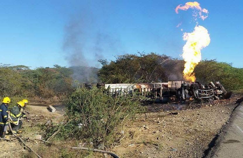 Un tanquero cargado GLP se incendia en la carretera Montecristi