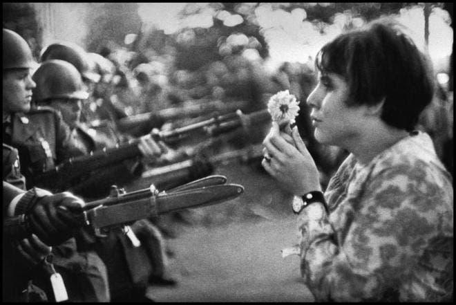 Muere Marc Riboud, el fotógrafo de la flor ante el fusil y de la torre Eiffel