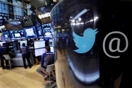 Foto tomada el 13 de octubre del 2015 del logo de Twitter pintado en un poste telefónico en la sede de la Bolsa de Valores de Nueva York. (AP Foto/Richard Drew, File)