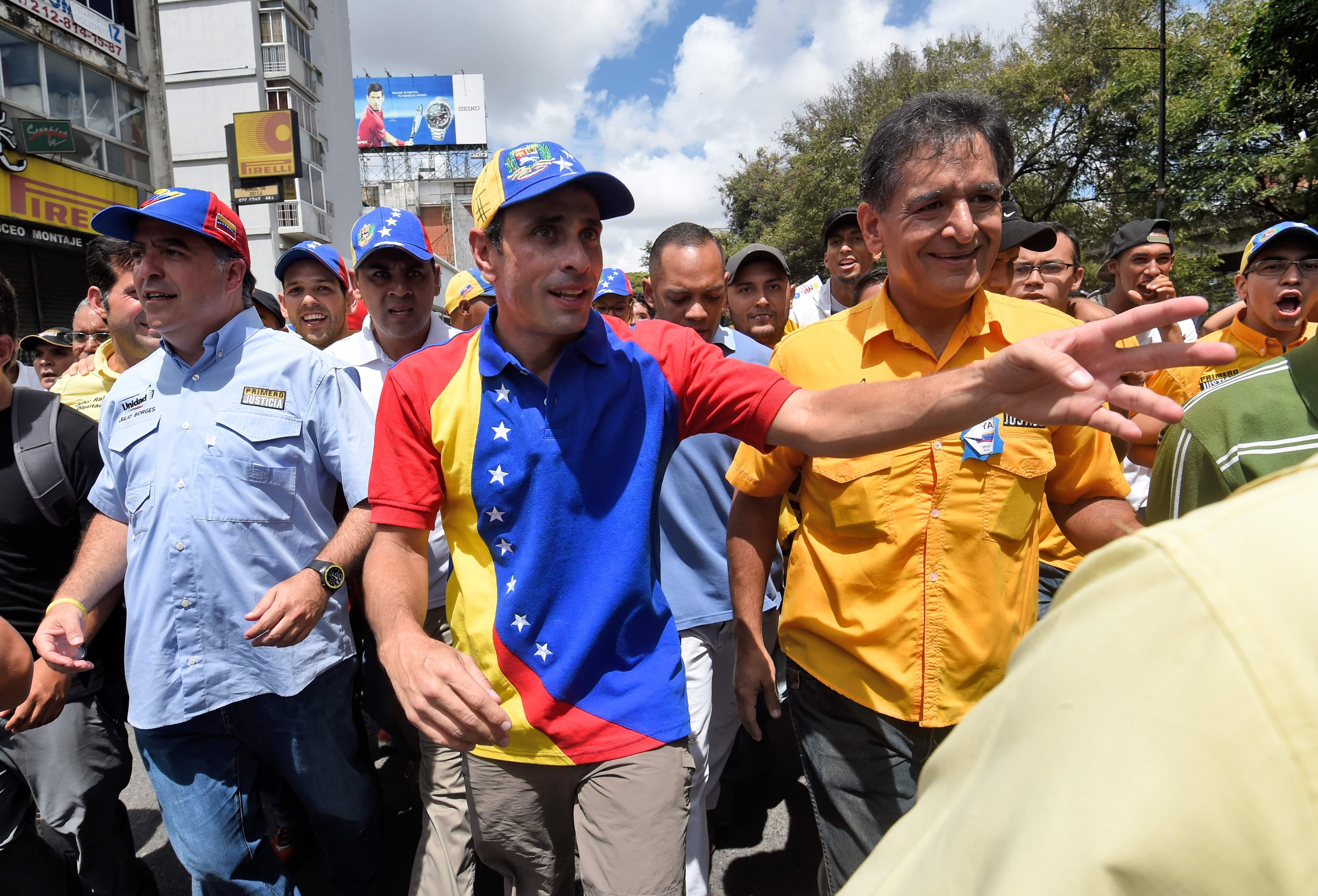 Oposición venezolana denuncia detención de dos alcaldes horas antes de marcha