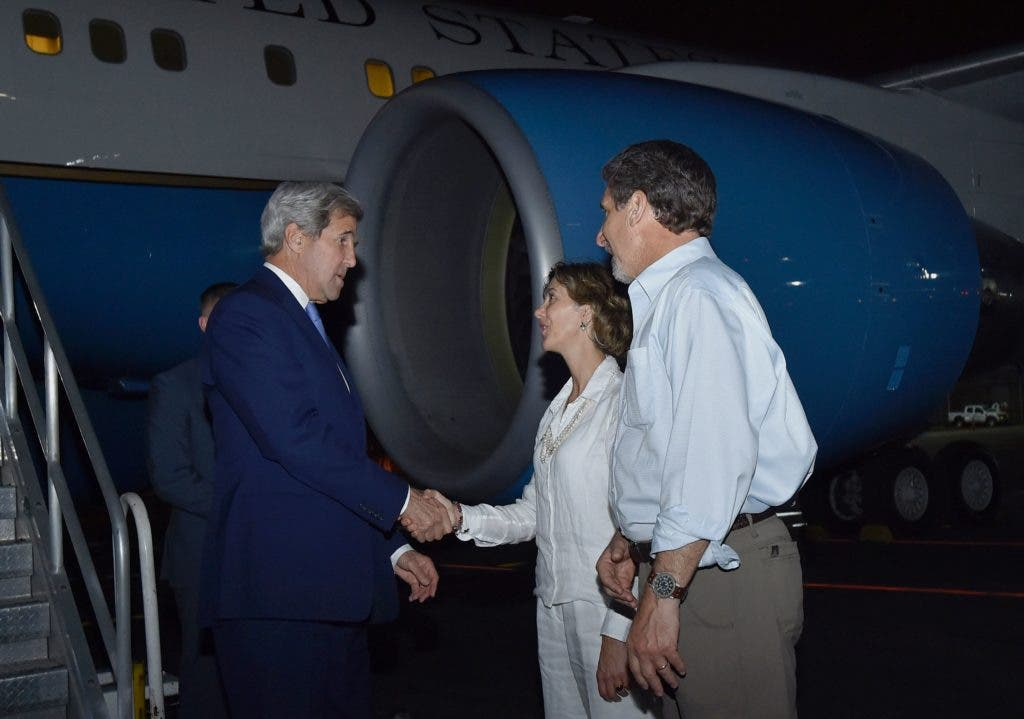 """Handout picture released by the Colombian Presidency showing US Secretary of State John Kerry (L) being welcomed by Colombian deputy Foreign Minister Patti Londono (C) and US Ambassador to Colombia Kevin Whitaker (R) upon arrival at the Rafael Nunez International airport in Cartagena, Colombia on September 25, 2016 to attend the historic peace agreement between the Colombian government and the Revolutionary Armed Forces of Colombia (FARC). Colombian President Juan Manuel Santos and the leader of the FARC rebels, Timoleon """"Timochenko"""" Jimenez, are due to sign the historic peace deal to end a five-decade war. The conflict has drawn in several leftist rebel groups, right-wing paramilitaries and drug gangs, killing 260,000 people, leaving 45,000 missing and uprooting 6.9 million. / AFP / COLOMBIAN PRESIDENCY / JUAN PABLO BELLO"""