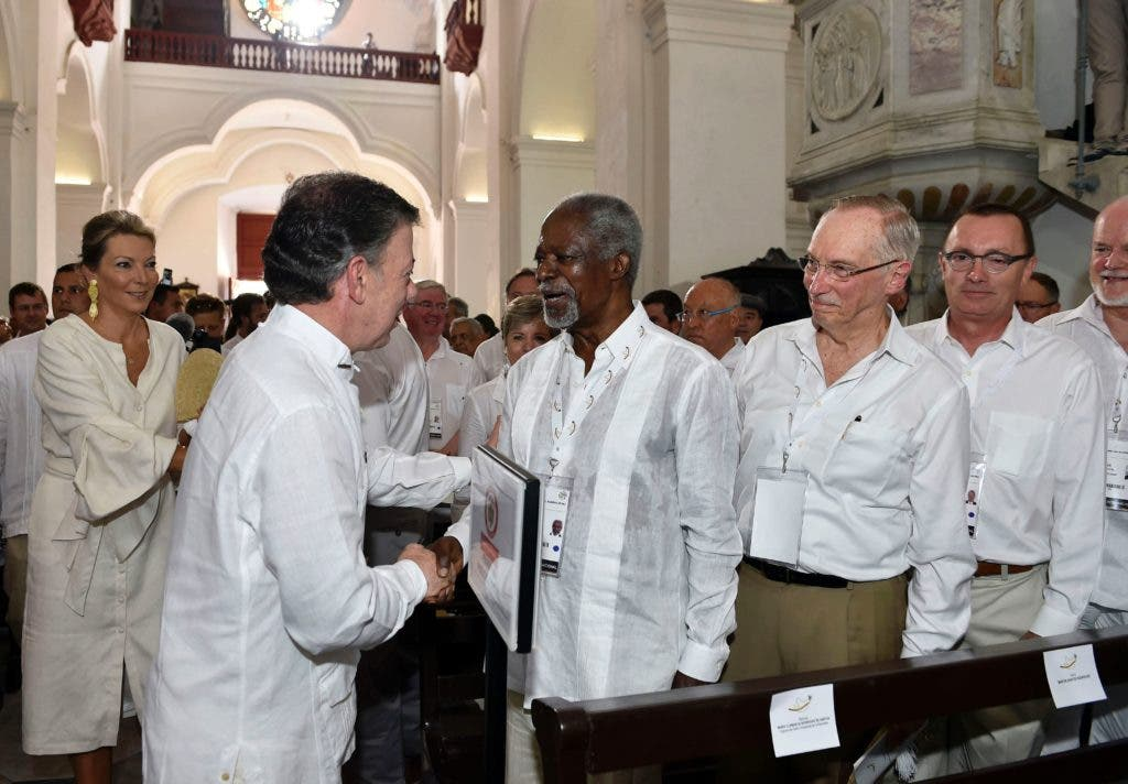 """Handout picture released by the Colombian Presidency showing Colombian President Juan Manuel Santos (2-L) greeting former UN Secretary General Kofi Annan (C) at the San Pedro Claver church in Cartagena, Colombia, on September 26, 2016. Colombia will turn the page on a half-century conflict that has stained its modern history with blood when the FARC rebels and the government sign a peace deal on Monday. President Juan Manuel Santos and the leader of the FARC, Rodrigo Londono -- better known by his nom de guerre, Timoleon """"Timochenko"""" Jimenez -- are set to sign the accord at 2200 GMT in a ceremony in the colorful colonial city of Cartagena on the Caribbean coast. - RESTRICTED TO EDITORIAL USE - MANDATORY CREDIT """"AFP PHOTO / COLOMBIAN PRESIDENCY / CESAR CARRION """" - NO MARKETING NO ADVERTISING CAMPAIGNS - DISTRIBUTED AS A SERVICE TO CLIENTS    / AFP / COLOMBIAN PRESIDENCY / CESAR CARRION / RESTRICTED TO EDITORIAL USE - MANDATORY CREDIT """"AFP PHOTO / COLOMBIAN PRESIDENCY / CESAR CARRION """" - NO MARKETING NO ADVERTISING CAMPAIGNS - DISTRIBUTED AS A SERVICE TO CLIENTS"""