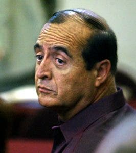 (FILES) This file photo taken on January 19, 2004 shows former Peruvian President Alberto Fujimori's right-hand man Vladimiro Montesinos at a judiciary courthouse in Lima.  Montesinos was sentenced on September 27, 2016 in Lima to 22 years in jail after a court found him guilty on the murder and incineration of three university students, opponents of Fujimori's government. / AFP / JAIME RAZURI