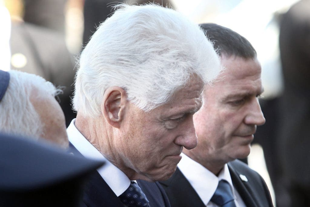 Former US president, Bill Clinton pays his respect in front of the coffin of former Israeli president Shimon Peres at a plaza outside the Knesset, Israel's Parliament, on September 29, 2016 in Jerusalem.  Israeli leaders and crowds of mourners are gathering outside parliament to pay last respects to ex-president and Nobel Peace Prize winner Shimon Peres, whose body is lying in state. The former US president had helped usher in the Oslo peace accords of the 1990s, which resulted in the Nobel prize for Peres, who died on Wednesday aged 93. / AFP / MENAHEM KAHANA