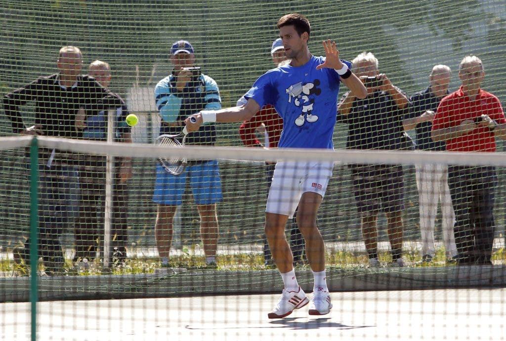Serbia's ATP No. 1 tennis player Novak Djokovic returns the ball during an open training session at the Milan Gale Muskatirovic sports center in Belgrade on September 30, 2016. / AFP / PEDJA MILOSAVLJEVIC