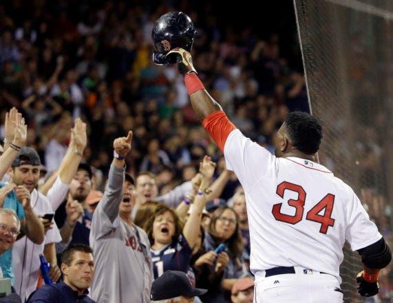 El dominicano David Ortiz, de los Medias Rojas de Boston, agradece al público luego de lograr su jonrón 536, en el duelo del lunes 12 de septiembre de 2016, ante los Orioles de Baltimore (AP Foto/Elise Amendola)