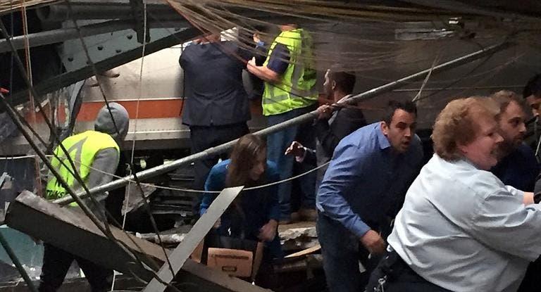 Agentes federales sacaron una de las cajas negras del tren de pasajeros que chocó en la estación de Hoboken. Fuente Externa.