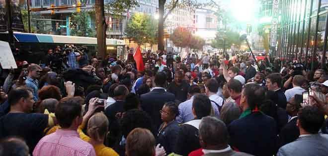 Cientos de manifestantes desafían el toque de queda en Charlotte