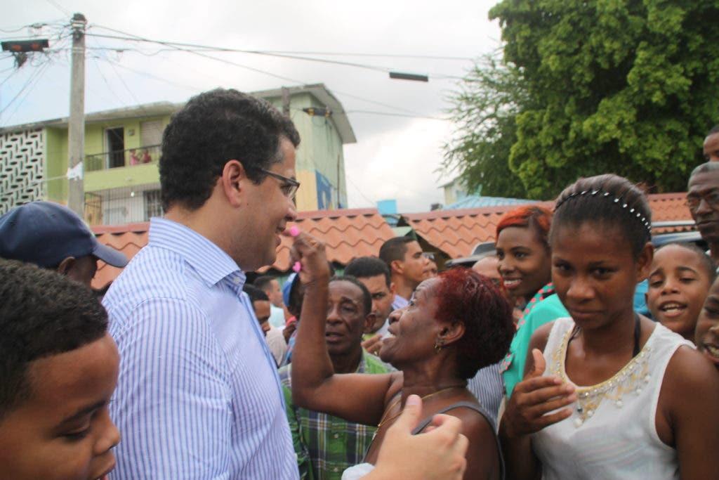 Collado visita mercado Los Guandules y anuncia reparación de las aceras y la pavimentación de calles.
