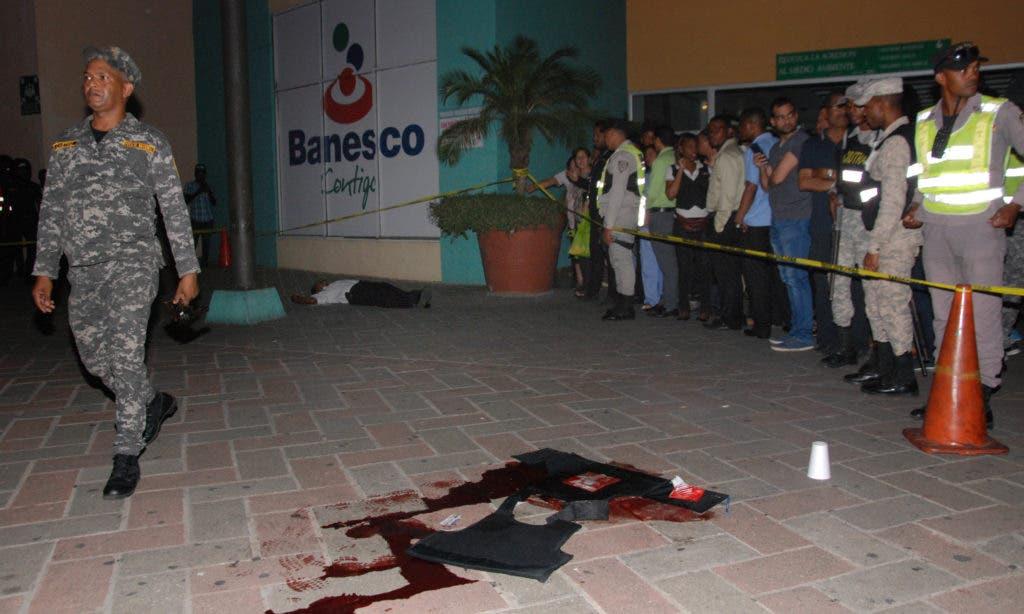 Armados con Uzi, asaltantes matan vigilante y cargan con valijas frente a plaza Bella Vista Mall. Hoy/ Aracelis Mena. 14/09/2016