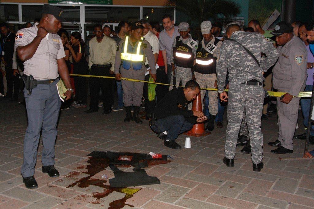 Armados con Uzi, asaltantes matan vigilante y cargan con valijas frente a plaza Bella Vista Mall. Hoy/ Aracelis Mena.