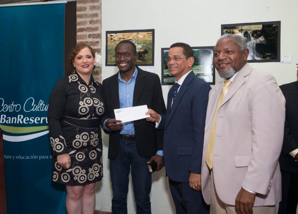 """El Centro Cultural Banreservas (CCB) premió a los ganadores del concurso fotográfico """"Retrata tu medio ambiente""""."""