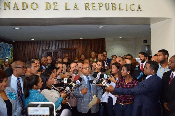 Rueda de Prensa de Diputados y dirigentes de la oposición, los cuales fueron al Senado a entregar un documento donde solicitan el nombramiento de una Junta Central Electoral Imparcial y de consenso.