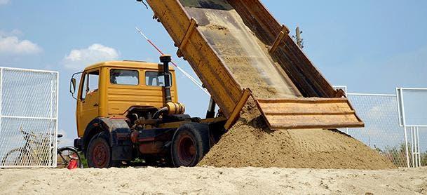 """Miembros de la Armada, asignados al destacamento Los Almendros, provincia Peravia , incautaron  dos camiones cargados de arena, extraída de la playa """"Le Playé"""""""