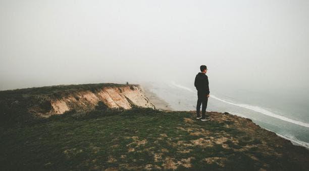 La soledad crónica mata, advierte neurocientífico