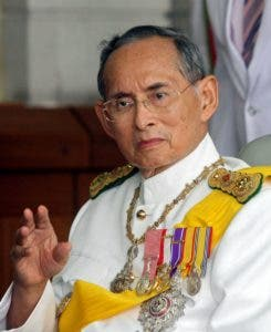 (FILES) This file photo taken on December 5, 2009 shows Thai King Bhumibol Adulyadej waving to a crowd of well-wishers as he leaves the Siriraj Hospital in Bangkok. Thailand's King Bhumibol Adulyadej has died after a long illness, the palace announced on October 13, 2016, ending a remarkable seven-decade reign and leaving a divided people bereft of a towering and rare figure of unity. / AFP / PAIROJ
