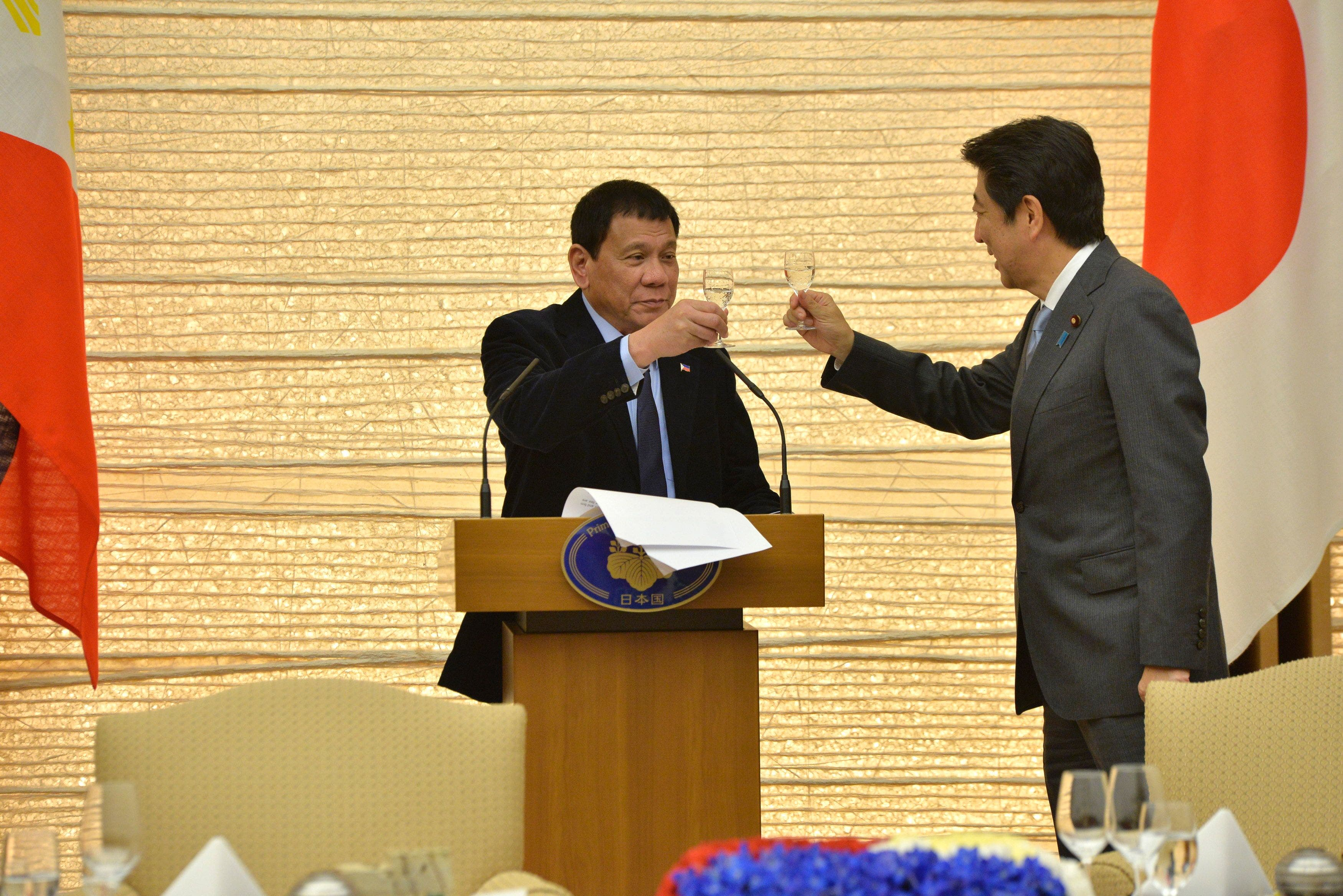 Presidente filipino consolida los lazos con Japón e insiste en tomar distancia de EEUU