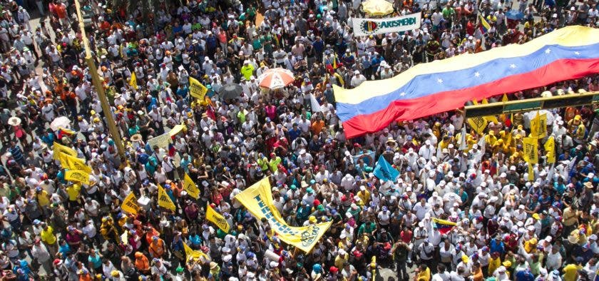 People protest against the government of Venezuelan President Nicolas Maduro in Porlamar, Margarita Island on October 26, 2016.  Venezuela's opposition ratcheted up the pressure on President Nicolas Maduro at mass protests, announcing plans for a general strike, a new march and a legislative onslaught. More than 20 people were injured and 39 were detained at anti-government protests, the head of a local rights group said.       / AFP / STR
