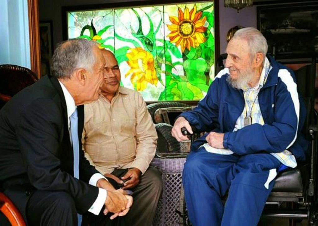 """Handout picture released by Cuban official website www.cubadebate.cu showing Cuban former president Fidel Castro (R) during a meeting with Portuguese President Marcelo Rebelo de Sousa (L) in Havana on October 26, 2016. Rebelo is in Cuba as part of an official visit. - RESTRICTED TO EDITORIAL USE - MANDATORY CREDIT """"AFP PHOTO /www.cubadebate.cu"""" - NO MARKETING - NO ADVERTISING CAMPAIGNS - DISTRIBUTED AS A SERVICE TO CLIENTS    / AFP / www.cubadebate.cu / HO / RESTRICTED TO EDITORIAL USE - MANDATORY CREDIT """"AFP PHOTO /www.cubadebate.cu"""" - NO MARKETING - NO ADVERTISING CAMPAIGNS - DISTRIBUTED AS A SERVICE TO CLIENTS"""