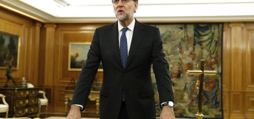 Spain's newly re-elected Prime Minister Mariano Rajoy swears an oath during a royal decree ceremony at the Zarzuela Palace in Madrid on October 31, 2016 after Rajoy won a confidence vote in parliament over the weekend.   He is expected to name his new cabinet This week after which he will need to submit a budget to parliament for approval after a delay of several months -- a difficult task given that he commands the votes of just 137 of Spain's 350 lawmakers in the lower house.   / AFP / POOL / Chema Moya
