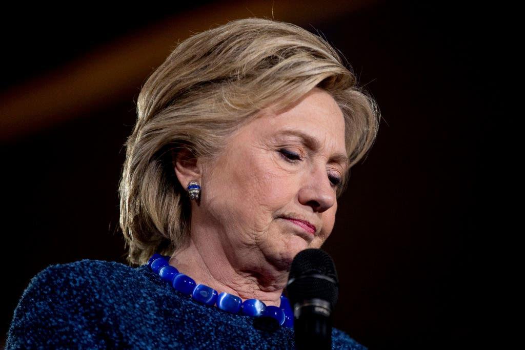 La candidata demócrata a la presidencia Hillary Clinton hace una pausa durante un mitin en la secundaria Theodore Roosevelt en Des Moines, Iowa, el viernes 28 de octubre del 2016. (AP Foto/Andrew Harnik)