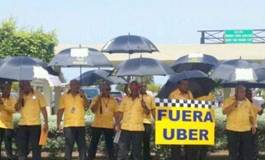 Choferes de sindicatos y Uber se vuelven a enfrentar en aeropuerto Las Américas